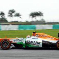Adrian Sutil afronta las curvas del trazado de Sepang