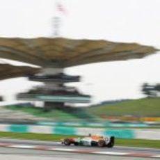 Adrian Sutil exprime al máximo su VJM06 en una de sus vueltas al trazado de Sepang