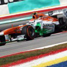 Adrian Sutil traza una de las curvas del trazado de Sepang