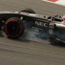 Nico Hülkenberg se pasa de frenada en una de las curvas de Sepang