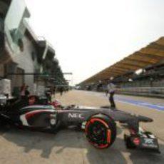 Nico Hülkenberg sale de su garaje durante los primeros libres del GP de Malasia 2013