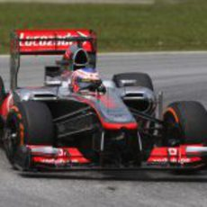 Jenson Button rueda en los libres del viernes en Sepang