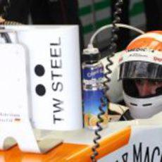 Adrian Sutil mira los tiempos desde el garaje