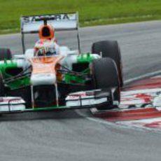 Paul di Resta coge una curva en Sepang