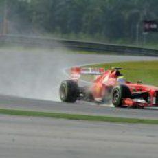Felipe Massa rueda con lluvia en Sepang