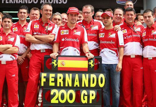 Fernando Alonso posa con su cartel conmemorativo