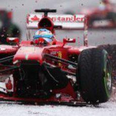 Fernando Alonso, sin alerón, a la puzolana
