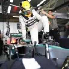 Lewis Hamilton se dispone a subirse al W04