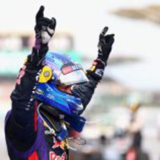 Sebastian Vettel alza los brazos