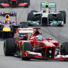 Fernando Alonso con el alerón descolgado