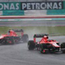 Los dos Marussia rodando en mojado