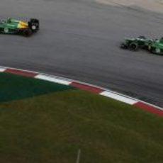 Los dos Caterham en la última curva de Sepang