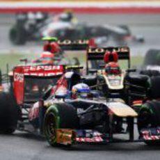 Daniel Ricciardo por delante de los Lotus