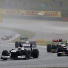 Pastor Maldonado por delante de Esteban Gutiérrez