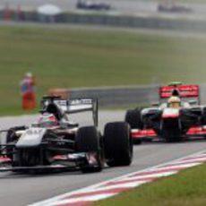 Nico Hülkenberg por delante de Sergio Pérez