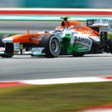 Adrian Sutil en la primera curva de Sepang