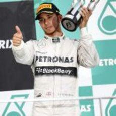 Lewis Hamilton en el podio con Mercedes