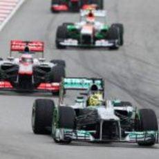 Nico Rosberg rueda por delante de Jenson Button