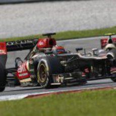 Kimi Räikkönen por delante de Sergio Pérez