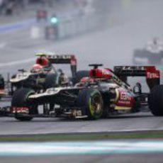 Los dos Lotus en la primera curva de Sepang