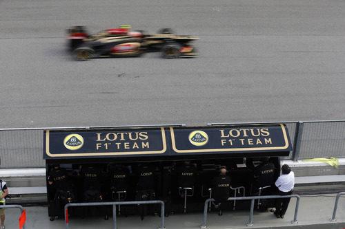Romain Grosjean pasa frente al muro de Lotus
