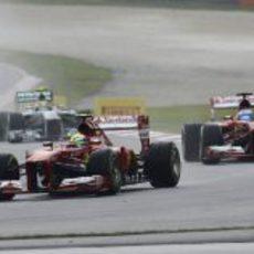 Felipe Massa por delante de Fernando Alonso
