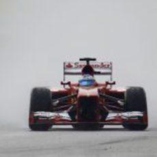 Fernando Alonso rodando en mojado