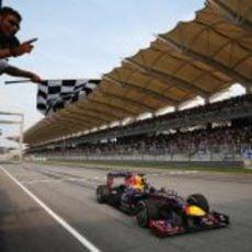 Sebastian Vettel cruza la meta ganando el Gran Premio de Malasia 2013