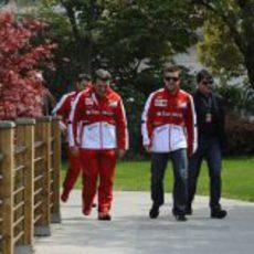 Fabrizio Borra y Fernando Alonso entrando en el circuito