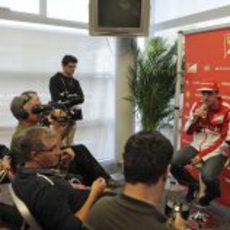Fernando Alonso atiende a los medios españoles