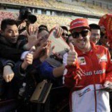 Fernando Alonso sonríe con los aficionados