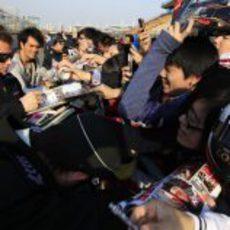 Kimi Räikkönen firmando autógrafos a los fans