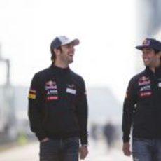 Daniel Ricciardo y Jean-Eric Vergne sonriendo