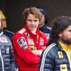 Daniel Brühl como Niki Lauda entre los mecánicos de Ferrari