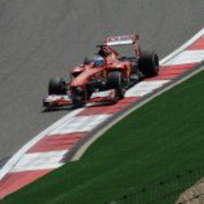 Fernando Alonso rueda con el F138 en Shanghái