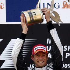 Button con su trofeo de campeón