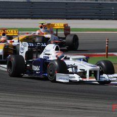 Kubica seguido por los dos Renault