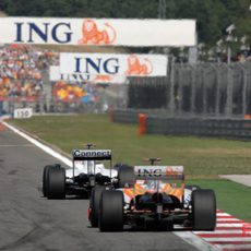 Alonso intenta alcanzar a Kubica