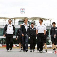 Button pasea por Silverstone