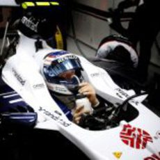 Valtteri Bottas se hidrata en el cockpit