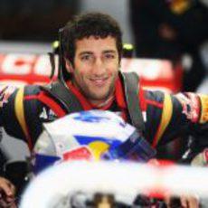 Daniel Ricciardo se sube a su monoplaza