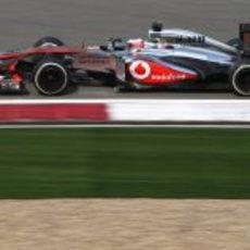 Jenson Button rueda en la pista de Shanghái.