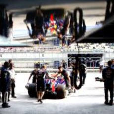 Sebastian Vettel vuelve a su garaje