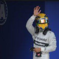 Lewis Hamilton saluda tras lograr la pole en China