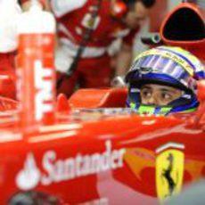 Felipe Massa mira los tiempos en China