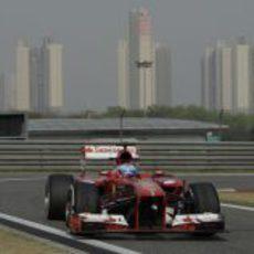 Fernando Alonso entra a 'boxes' en China