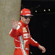 Fernando Alonso saluda a la prensa en China