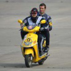 Mark Webber regresa en moto tras pararse su RB9