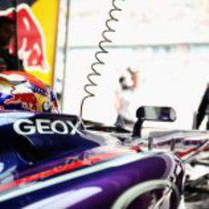 Sebastian Vettel en su box