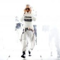 Lewis Hamilton camino al coche